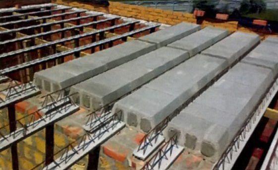 Укладку блоков ведут от стен к центру на предварительно подпертые балки