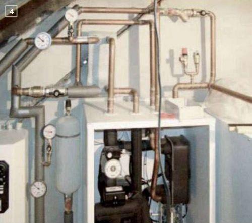 5. Монтируют гидравлическую развязку потоков воды через тепловой насос и систему напольного отопления