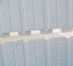 Когда блоки соединяются друг с другом, выпуклые квадратики одного блока плотно входят во впадины другого.