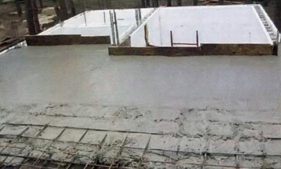 Заливают бетон целыми пролетами, от стены к стене
