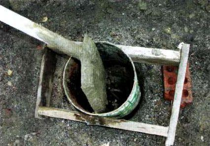 Бетонирование скважины. Видна арматура опоры