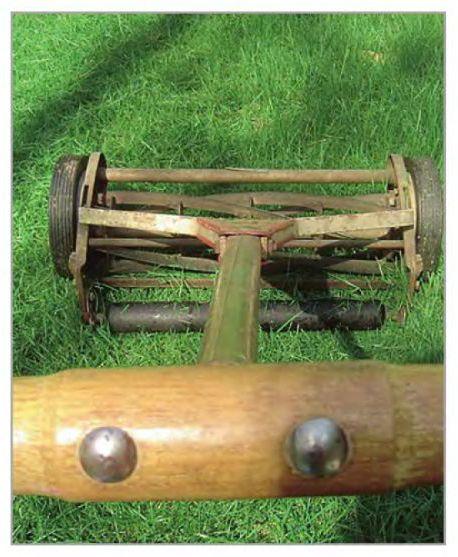 Старинная механическая газонокосилка со спиральными ножами