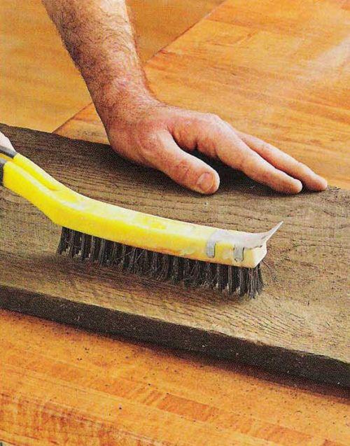 Соскоблите отслаивающуюся грязь при помощи жесткой щетки
