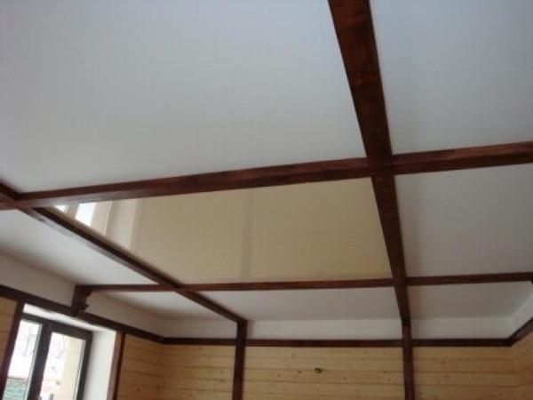 Отделка потолка в доме своими руками фото