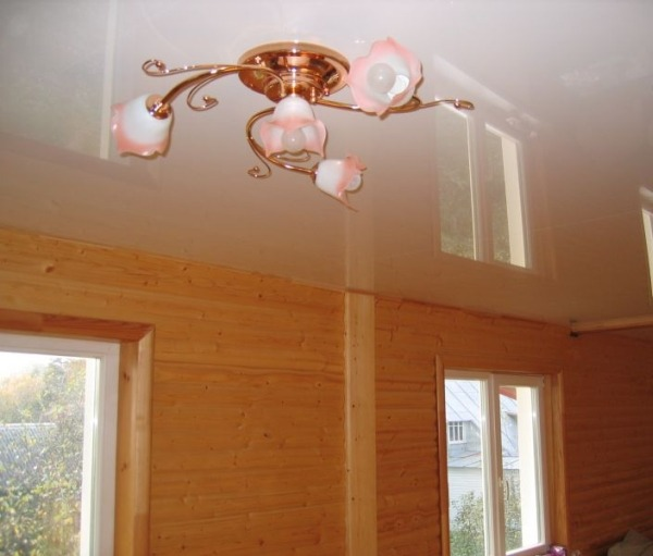 Натяжной ПВХ потолок в деревяном доме