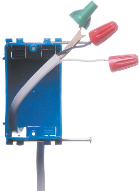 Установочная коробка с проведенным кабелем