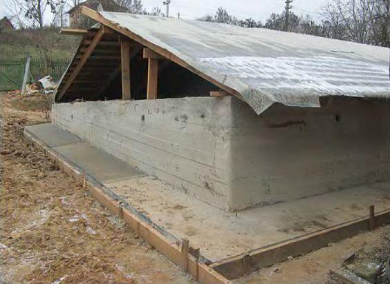 Временная крыша над фундаментом