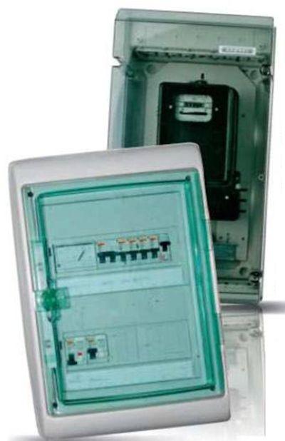 Наружный распределительный щит с установленным счётчиком и вводным автоматическим выключателем.  Внутренний распределительный щит с установленными модулями и вольтметром