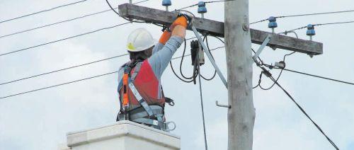 Выполнить подключение к воздушной линии электропередачи имеет право только профессиональный электрик с необходимым уровнем доступа