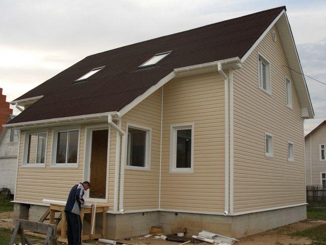 Фасад дома отделан виниловым сайдингом