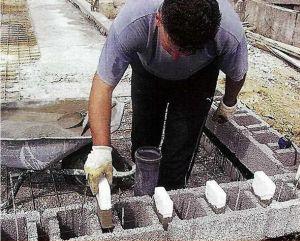 3. Блоки при укладке армируем и оснащаем вставками из пенополистирола. Они помогут нам в дальнейшем зафиксировать блоки следующего ряда.