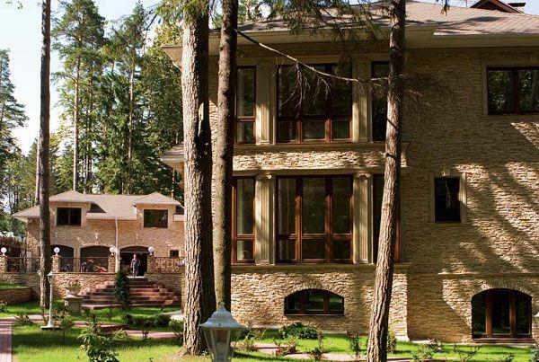 Фасад дома отделан искусственным камнем