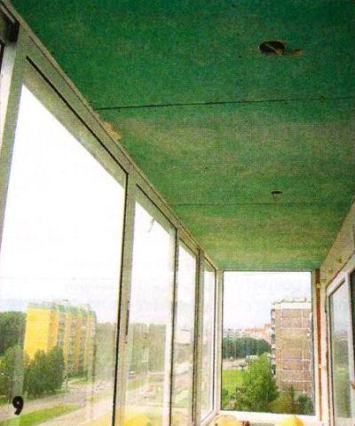 Потолок, как и парапет, тоже обшит гипсокартоном