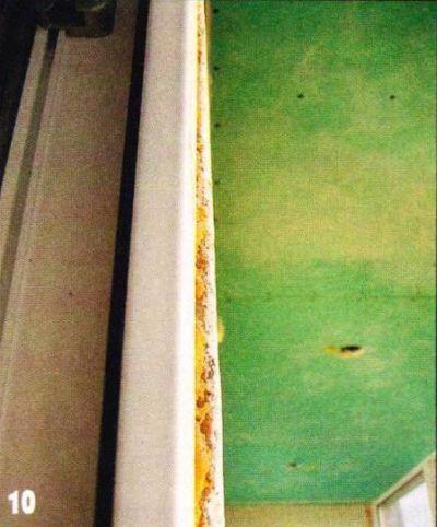 Откос у дверного блока возле пола на 30 мм шире, чем в верхней части