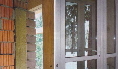 От кирпичной стены (а) рамы оконных конструкций (б) отделяет заложенный в паз слой утеплителя