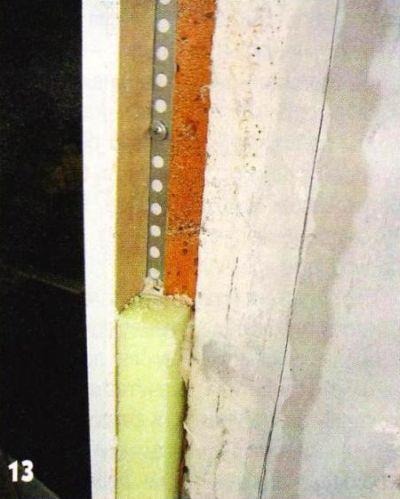 Зазор между откосом и бетонной стеной заполнил обрезками пенополистирола