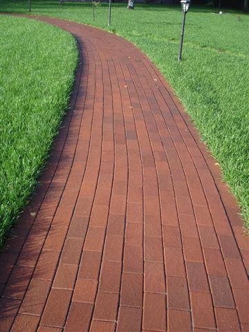 Садовая дорожка выложена клинкером