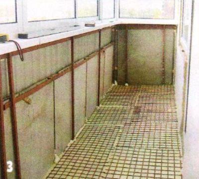 На пол уложил плиты экструдированного пенополистирола в два слоя (толщина слоёв 100 и 70 мм). Для армирования стяжки поверх пенополистирола положил металлическую сетку