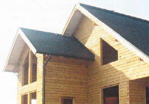 Дом подведен под крышу, смонтирована водосточная система