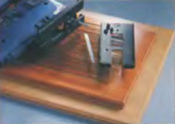 Чтобы избежать царапин на поверхностях, на опорную плиту ставят пластмассовый башмак