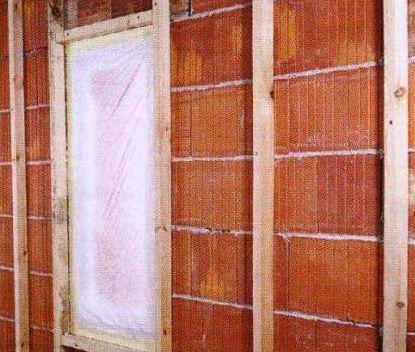 Вертикальные бруски обрешетки устанавливают с интервалом, равным ширине теплоизоляционной плиты, но не менее чем через 60 см.