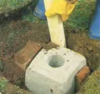 Фундамент выравнивают вертикально и в нулевую отметку грунта