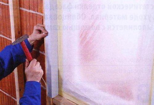 Края оконных проемов отделывают оконными планками. Их крепят гвоздями к деревянным брускам, обрамляющим окно.