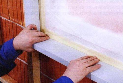 В нижней части оконного проема устанавливаем узкий наружный подоконник (подоконный слив).