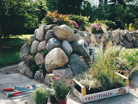 Каменный забор или каменистая горка с цветами