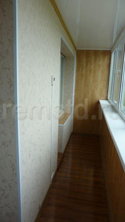 Стены оклеены толстыми виниловыми обоями на флизелиновой основе