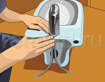 Подсоединяем гибкие шланги горячей и холодной воды