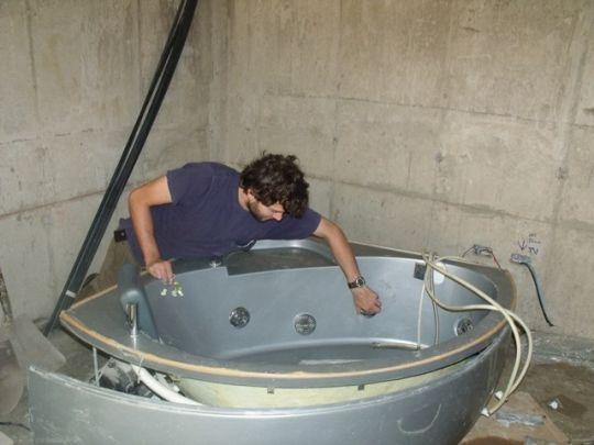 Совет. если ванна оснащена гидромассажным оборудованием, то перед окончательной установкой необходимо проверить их на...