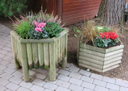 Клумбы с деревянными стенками из досок или реек