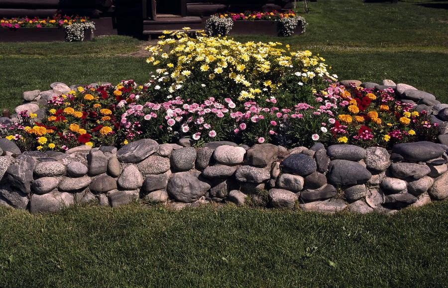 Приподнятая клумба со стенками из камней