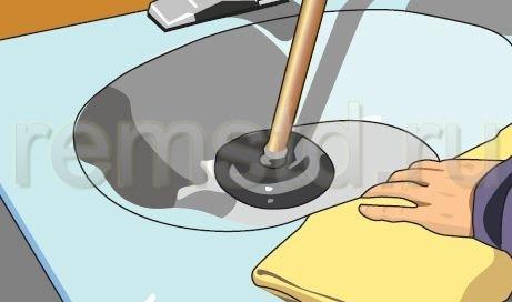 3. Прижимаем вантуз к сливному отверстию раковины