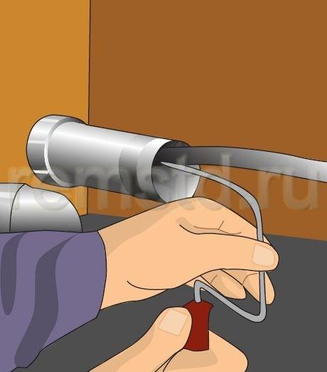 6. Прочищаем трубу с помощью прочистной спирали, аккуратно проталкивая ее вперед вращательными движениями