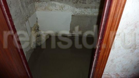 Пол в ванной выровняли, залив самовыравнивающийся наливной пол