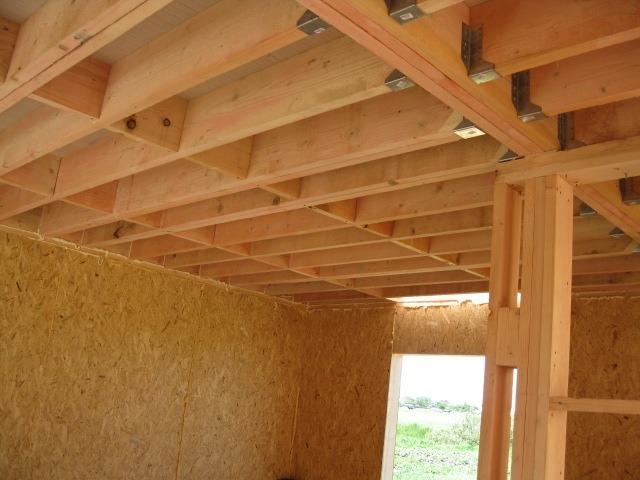 Балки зафиксированы на стенах и сращены встык специальным крепежом