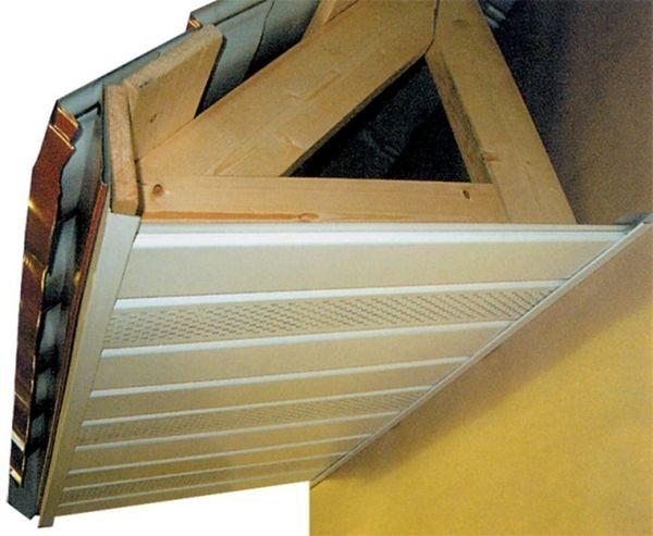 Карнизный свес крыши облицован пластиковыми софитами