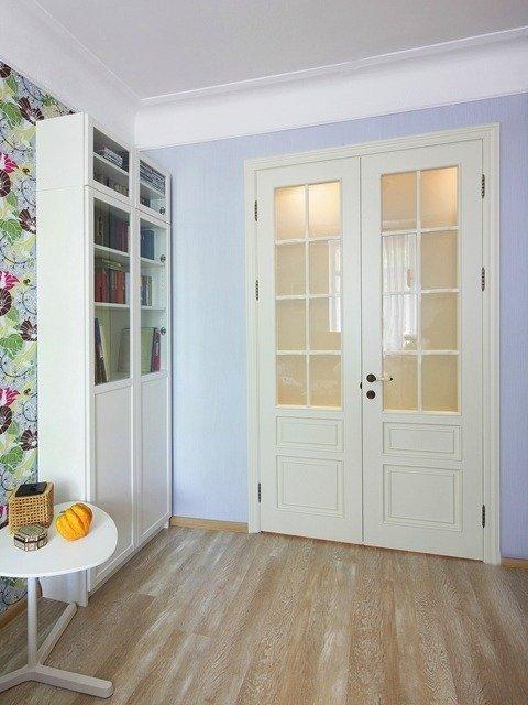 Установка двустворчатой двери со стеклянной филенкой