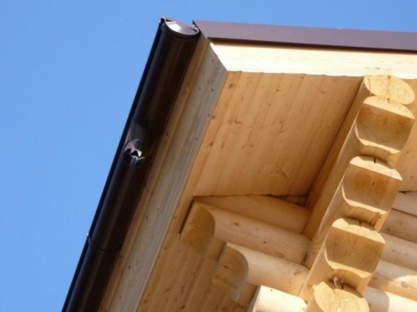 Карнизный свес крыши облицован вагонкой