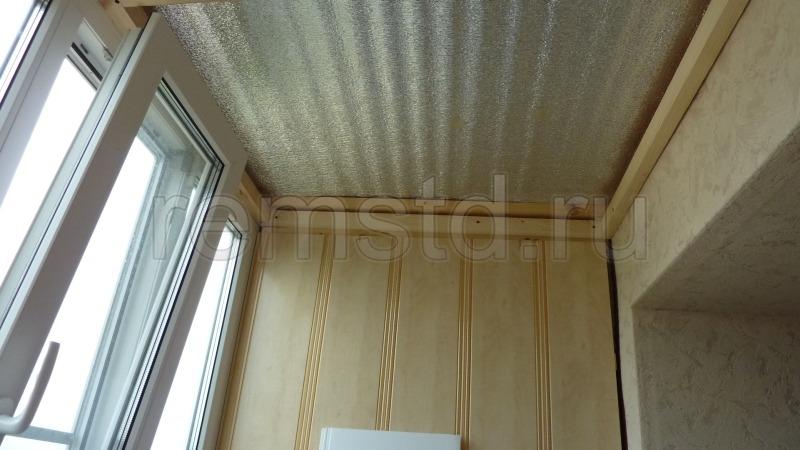 Отделка потолка балкона