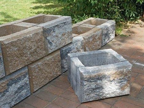 Выкладываем стенку - клумбу из блоков
