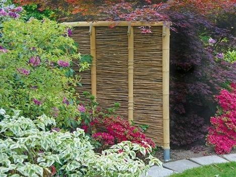 Садовая перегородка или забор из бамбука