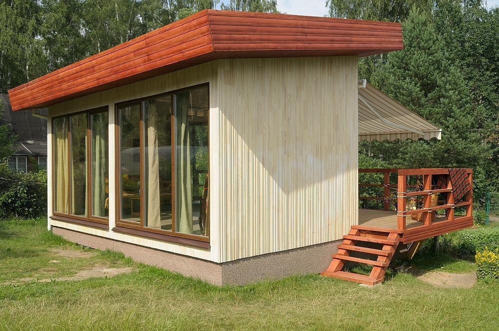Дачный домик с большими окнами и террасой
