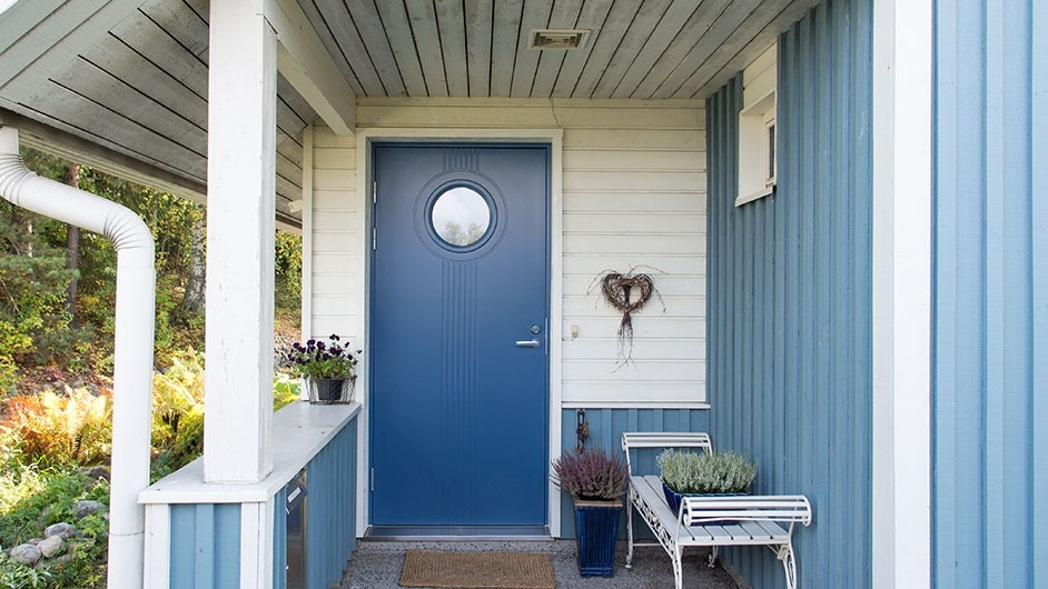 синий дом с садом