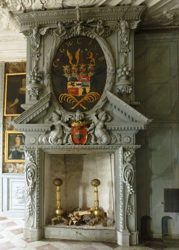 Шведский барочный камин XVII века с множеством деталей и аксессуаров