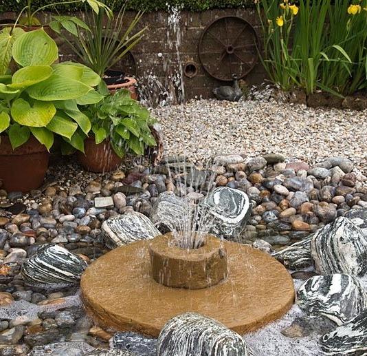 Декоративный садовый фонтан на дачном участке