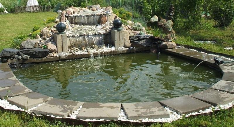 Декоративный садовый фонтан и пруд на дачном участке