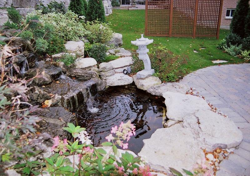 Садовый декоративный пруд с каскадным водопадом